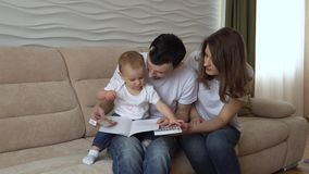 Het mamma en de papa onderwijzen dochter om met tellers te trekken stock videobeelden