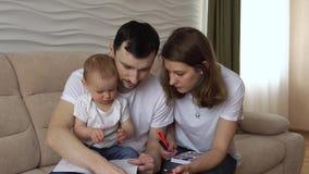 Het mamma en de papa trekken met zijn dochter stock footage