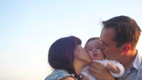 Het mamma en de papa vegen baby en lach af stock video