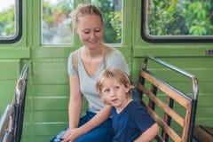Het mamma en de zoon gaan op een oude tram gaan Het reizen met kind Royalty-vrije Stock Afbeeldingen