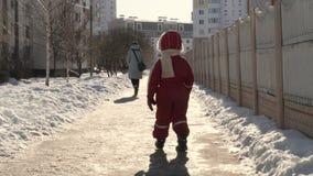 Het mamma en de zoon gaan op de weg in de winter 5 stock footage