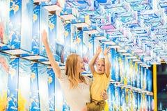 Het mamma en de zoon op de achtergrond van Aziatische lantaarns vieren het Chinese Nieuwjaar royalty-vrije stock afbeelding
