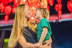 Het mamma en de zoon vieren Chinees Nieuwjaar bekijken Chinese rode lantaarns royalty-vrije stock afbeelding