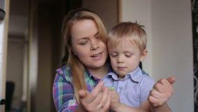 Het mamma en de zoon vormen thuis plasticine stock videobeelden