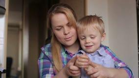 Het mamma en de zoon vormen thuis plasticine stock footage