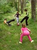 Het mamma en drie kinderen spelen voetbal royalty-vrije stock afbeelding