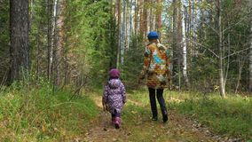 Het mamma en haar weinig dochter lopen de hond in het park stock videobeelden
