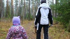 Het mamma en haar weinig dochter lopen de hond in het vochtige de herfstbos stock footage