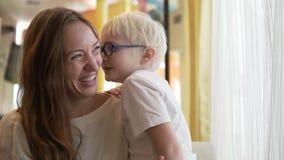 Het mamma en haar zoon spreken over iets stock videobeelden