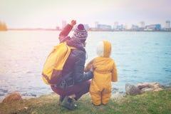 Het mamma en weinig dochter verheugen zich op de stad door een groot meer Stock Fotografie