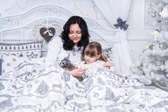 Het mamma gaf de dochter van een konijn Royalty-vrije Stock Foto