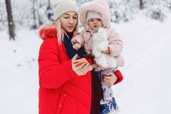 het mamma houdt de baby in haar wapens en maakt selfie in sneeuw royalty-vrije stock foto