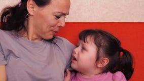 Het mamma koestert een kleine dochter Emoties van een meisje stock videobeelden