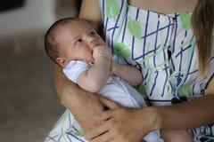 Het mamma koestert haar baby in haar wapens royalty-vrije stock foto's