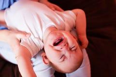 Het mamma maakt de babymassage Royalty-vrije Stock Afbeeldingen