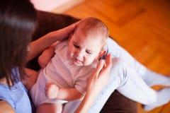 Het mamma maakt de babymassage Stock Afbeelding