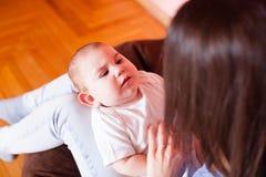 Het mamma maakt de babymassage Stock Fotografie