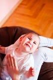 Het mamma maakt de babymassage Stock Afbeeldingen