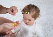 Het mamma maakt kapsel van zijn dochter Stock Foto's