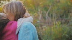 Het mamma met een kleine dochter spint Slow-motion stock footage
