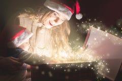 Het mamma opent de magische doos met een gift voor kind stock afbeeldingen