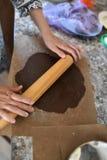 Het mamma rolt deeg Chocoladedeeg Handen die met het receptenbrood van de deegvoorbereiding werken Vrouwelijke handen die deeg vo stock afbeelding