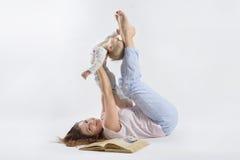 Het mamma speelt met haar zoon Royalty-vrije Stock Afbeeldingen