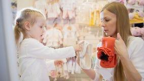 Het mamma toont dochter witte en oranje vulling Royalty-vrije Stock Foto's