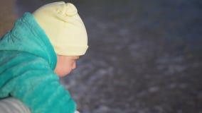 Het mamma toont voor het eerst haar weinig zoon het overzees Babyclose-up stock video