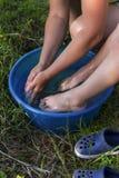 Het mamma wast haar baby` s voeten royalty-vrije stock afbeelding