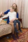 Het mamma zet haar zoon Stock Afbeeldingen