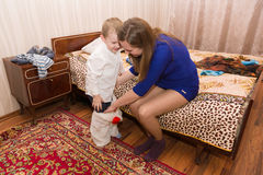 Het mamma zet haar zoon Royalty-vrije Stock Afbeelding
