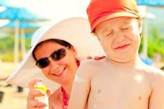 Het mamma zet op de de huidlotion van de baby voor zonbescherming Royalty-vrije Stock Afbeelding