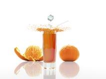 Het mandarijnsap in een geïsoleerd glas, 3d geeft terug Stock Foto