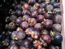 Het mangostanfruit in supermarkten wordt verkocht heeft een speciale aantrekkelijkheid voor gezondheid die royalty-vrije stock fotografie