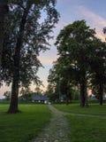 Het manierhuis Houten buitenhuis in het landschap van de de zomeravond litouwen stock afbeelding