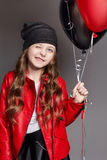 Het maniermeisje met kleurenballons knipoogt Studiofoto op een donkere achtergrond Stock Afbeelding