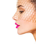 Het manierportret van een mooi meisje draagt sluier op ogen helder Stock Foto