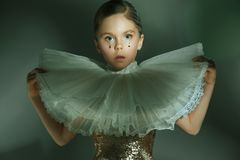 Het manierportret van jong mooi tienermeisje bij studio Stock Foto