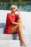Het manierportret van jonge schoonheidsvrouw in het rode kleding stellen overtreft Stock Fotografie