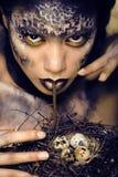 Het manierportret van vrij jonge vrouw met creatief maakt omhoog als een slang Stock Fotografie