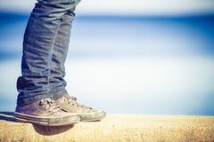 Het mannelijke benen lopen ontspannen door kust stock foto's