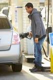 Het mannelijke Benzinestation van Bestuurdersfilling car at royalty-vrije stock foto's