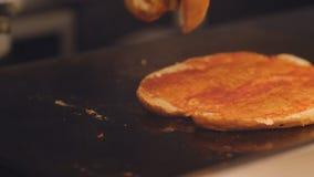 Het mannelijke brood van het kokgebraden gerecht op een hete metaalplaat Voorbereiding van sandwiches voor Ontbijt in het hotel stock video