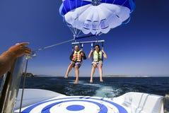 Het mannelijke en vrouwelijke parasailing. Royalty-vrije Stock Foto