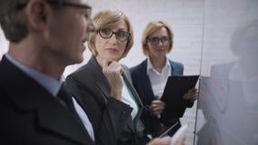 Het mannelijke en vrouwelijke spreken, commerciële vergadering van partners op kantoor, gendergelijkheid stock video
