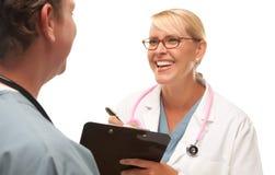 Het mannelijke en Vrouwelijke Spreken van Artsen Stock Fotografie