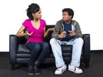 Het mannelijke en vrouwelijke vechten over een videospelletjecontrole Royalty-vrije Stock Afbeeldingen