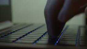 Het mannelijke hand typen op verlicht toetsenbord stock video