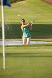 Het mannelijke het Spelen van de Golfspeler Schot van de Bunker Stock Afbeelding